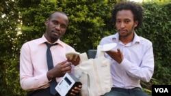 Alumni Makerere University Telecom, Brian Turyabagye (kiri) dan Besufekad Shifferaw (kanan) menunjukkan jaket pintar yang akan digunakan untuk mendiagnosa pneumonia pada anak-anak, Kampala, Uganda, 5 April 2017 (foto: H. Althumani/VOA)