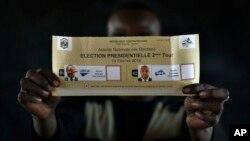 Un bulletin de vote montré au cours du dépouillement après fermeture des bureaux de vote lors du deuxième tour de l'élection présidentielle à Bangui, République centrafricaine, 14 février 2016.