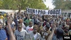 Para pengunjung rasa di Dakar, Senegal marah dengan keputusan MA mengijinkan pencalonan Presiden Abdoulaye Wade untuk masa jabatan ketiganya (27/1).