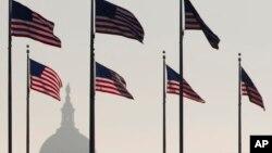 미국 워싱턴 DC의 워싱턴기념탑 주변에서 바라본 국회의사당 건물. (자료사진)
