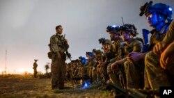 美军82空降师士兵准备登上一架美军C-17运输机,以配合在阿富汗喀布尔国际机场的最后一次非战斗人员疏散行动任务。(2021年8月30日)