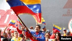 "Venezuelan President Nicolas Maduro waves flag to mark ""Caracazo"" revolutionary uprising rally, Caracas, Feb. 28, 2015."
