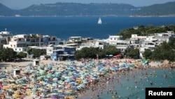 香港两周没有出现新的新冠肺炎确诊病例,港人前往海滩享受海水阳光。(2020年5月3日)
