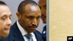 Bosco Ntaganda, à droite, chef de milice congolais connu sous le nom de Terminator, entre dans la salle d'audience pour le procès de la Cour pénale internationale, à La Haye, Pays-Bas, le 2 septembre 2015.