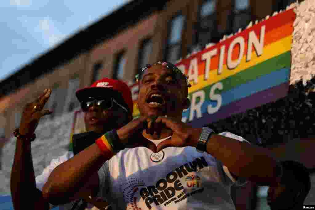 رژه «افتخار به دگرباشی جنسی» در منطقه بروکلین شهر نیویورک. دگرباشان جنسی در ماه ژوئن که «ماه افتخار» نامیده می شود، با برگزاری رژه هایی در شهرهای مختلف، خواستار رفعتبعیض و خشونت نسبت به همجنسگرایان و دگرباشان جنسی می شوند.