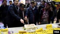 """""""鳩嗚團""""切特製蛋糕紀念持續抗爭1,500日。(美國之音湯惠芸拍攝)"""
