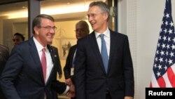 애슈턴 카터(왼쪽) 미국 국방장관이 14일 벨기에 브뤼셀의 북대서양조약기구(나토) 본부에서 진행된 국방장관 회의에서 옌스 슈톨텐베르크 나토 사무총장과 대화하고 있다.