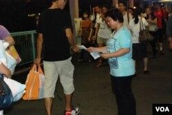 「我們都是511」成員Joyce在街站附近派傳單,呼籲市民關注政改問題(美國之音湯惠芸攝)