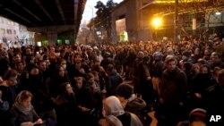 """Las protestas en Irán ha ido de las condolencias a las familias de las víctimas por el avión ucraniano derribado """"por error"""" por la Guardia Revolucionaria, al pedido de los manifestantes de la renuncia del Ayatollah Alí Khamenei."""