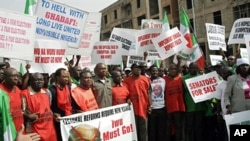 Nigerian Labor Congress (NLC) officials lead a rally calling for the removal of Independent National Electoral Commission (INEC) chairman Maurice Iwu (File photo - 21 March 2010)