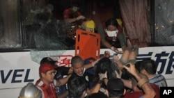 菲律賓人員在巴士被劫後救出香港傷者
