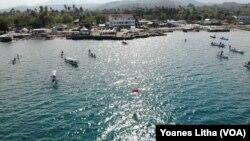 Bendera Merah Putih yang dikibarkan pada sebuah tiang yang berjarak sekitar 80 meter dari tepi pantai dalam peringatan HUT ke-74 RI di Kelurahan Mamboro, Palu Utara, Kota Palu, Sulawesi Tengah, Sabtu, 17 Agustus 2019. (Foto: Yoanes Litha/VOA)