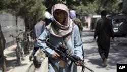 Bir Taleban savaşçısı, Kabil'in Vezir Ekber Han mahallesinde kurulan güvenlik noktasında nöbet tutuyor.
