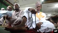 Des musulmans nigérians prient lors de l'Aïd el-Kébir à Lagos, Nigeria.