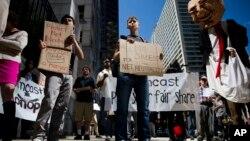 Ağ bağımsızlığı yanlısı göstericiler, Philadelphia'da, Comcast merkezinin önünde