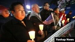 자유청년연합 등 보수단체 회원들이 6일 서울 광화문 네거리에서 리퍼트 주한미대사의 쾌유를 비는 촛불집회를 하고 있다.