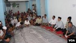Warga Syiah dari Sampang di pengungsian di Sidoarjo berdialog dengan Menteri Agama Lukman Hakim Syaifuddin mengenai pemulangan mereka (2/7). (VOA/Petrus Riski)