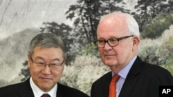 South Korean Foreign Minister Kim Sung-hwan, left, poses with US special envoy for North Korea Stephen Bosworth during their meeting at the Foreign Ministry in Seoul 22 Nov. 2010.