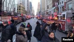 11일 폭탄 테러가 발생한 미국 뉴욕의 버스터미널 인근에 경찰과 소방차들이 거리를 통제하고 있다.