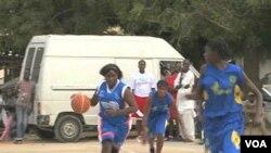 Niñas juegan basquetbol en Dakar como parte del programa de Anne Marie Dioh.