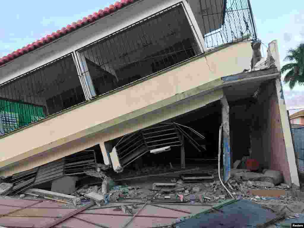 La gobernadora Wanda Vázquez activó las medidas de seguridad y dijo que todas las oficinas del sector público, excepto los servicios de emergencia, permanecerían cerradas el martes.