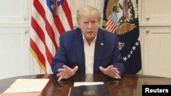 က်န္းမာေရးအျေခအေနနဲ႔ ပတ္သက္ၿပီး Walter Reed ေဆး႐ုံအခန္းတြင္းကေန ေျပာျပေနတဲ့ သမၼတ Trump. (ေအာက္တုိဘာ ၃၊ ၂၀၂၀)