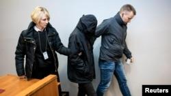 Polisi Finlandia membawa salah satu dari dua orang Iraq ke Pengadilan Distrik Tampere. (Foto: REUTERS)