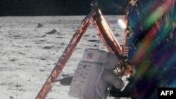 Нил Армстронг на лунной поверхности