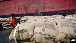 Embarquement de sacs de cacao dans le port d'Abidjan (10 mai 2011)