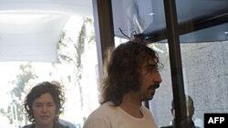 Hai nhà báo Clara Morgana Gillis (trái) và nhiếp ảnh viên Manu Brabo được Libya trả tự do, ngày 18 tháng 5, 2011