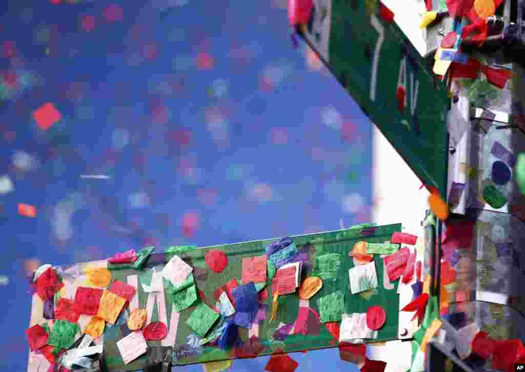 اس موقع پر ٹائمز اسکوائر کے ارد گرد موجود عمارتوں کی چھتوں سے نیچے موجود ہجوم پر رنگ برنگی جھنڈیاں پھینکی گئیں جو ایک سڑک کے بورڈ پر چپکی ہوئی ہیں۔