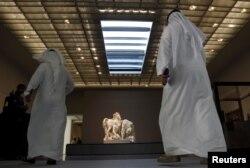Para pengunjung berjalan di Museum Louvre Abu Dhabi di Abu Dhabi, Uni Emirat Arab, 6 November 2017.