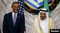 Tổng thống Mỹ Barack Obama (trái) đứng cạnh Quốc vương Salman Saudi Arabia tại hội nghị thượng đỉnh của Hội đồng Hợp tác vùng Vịnh (GCC) ở Riyadh, Ả Rập Xê Út, ngày 21/4/2016.