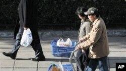 식료품을 사가는 중국인 부부