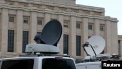 日内瓦联合国欧洲总部前停满了采访叙利亚和谈的电视车。 (2016年1月29日)