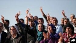 Người Kurd đưa tay với dấu hiệu chiến thắng ủng hộ các chiến binh đang chiến đấu với nhóm chủ chiến IS, 15/10/14