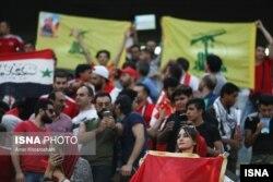 تماشاگران زن سوری زیر پرچم حزب الله در ورزشگاه آزادی در تهران
