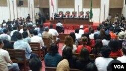 Suasana sidang ketika majelis hakim membacakan secara bergantian putusan terhadap Basuki Tjahaya Purnama di Jakarta hari Selasa 9/5. (VOA/Fathiyah Wardah)