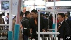 中国国际煤炭采矿技术交流及设备展览会2015年10月30日在北京举行时展厅中的一个展台。
