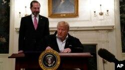 Donald Trump e o secretário de Saúde, Alex Azar