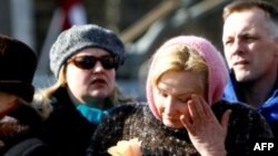 Một phụ nữ lau nước mắt tại 1 đài tưởng niệm tưởng nhớ những người bị trục xuất đến Siberia vào năm 1949