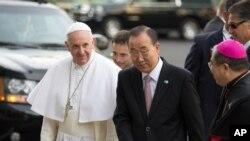 Le pape François accueilli par Ban ki-Moon, secrétaire général des Nations unies, au siège de l'ONU à New York, le 25 septembre 2015.