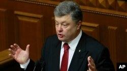 Presiden Ukraina Petro Poroshenko berbicara di depan parlemen di Kyiv (4/6). (AP/Sergei Chuzavkov)