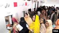 Antrian pasien di sebuah rumah sakit di Pakistan (Foto: dok).