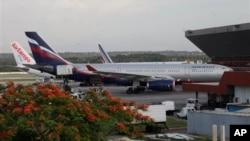 斯諾登乘坐的俄羅斯SU150航班抵達莫斯科停留在舍列梅捷耶沃國際機場。(6月24日資料照片)