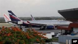 Самолет компании Аэрофлот в международном аэропорту Гавана, Куба. 24 июня 2013г.