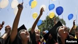 Bishkekdagi Amerika Universiteti bitiruvchilari