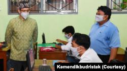 Mendikbudristek Nadiem Anwar Makarim meninjau pelaksanaan Asesmen Nasional di salah satu sekolah di Yogyakarta, Selasa (14/9). (Foto: Kemendikbudristek)