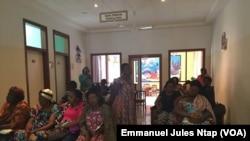 Les malades de la vue attendant d'être reçus à l'hopital d'Oback à Youandé, Cameroun, le 13 janvier 2018. (VOA/Emmanuel Jules Ntap)