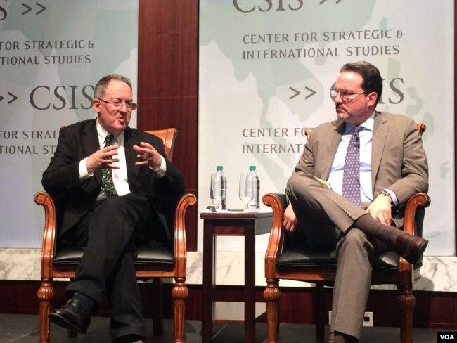 吉迪恩•拉赫曼(左)四月份在战略与国际研究中心举行新书介绍会。